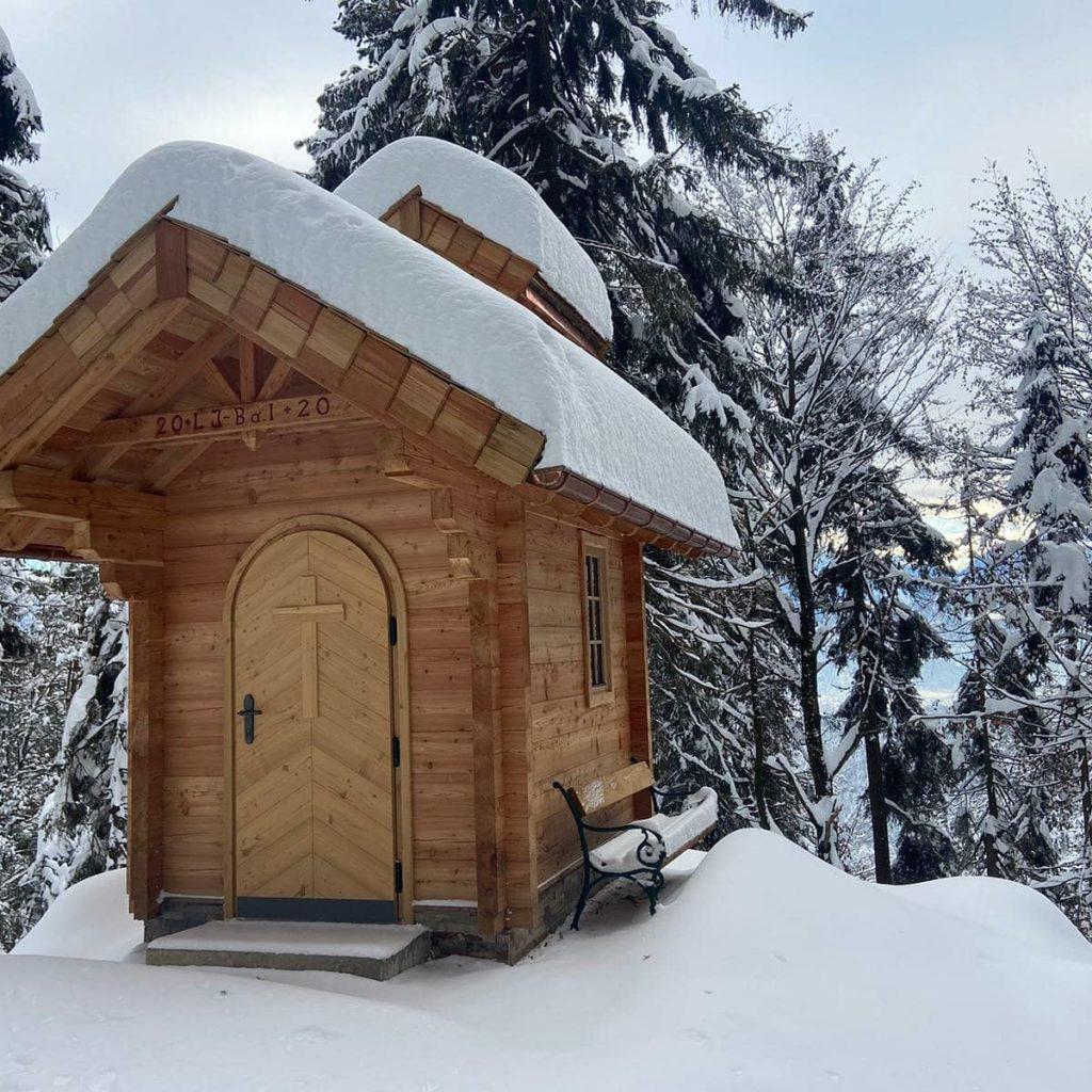 Kapelle aus Holz im Winter